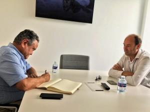 Andrés Pedreño firma en libro honor Sistel