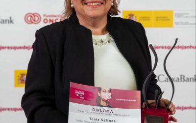 Tonia Salinas galardonada con el premio FEDEPE a la asociada